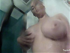 Taylor's Selfie enjoy in The bathroom