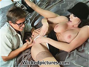 Kendra lust helps out a crazy man with his problem