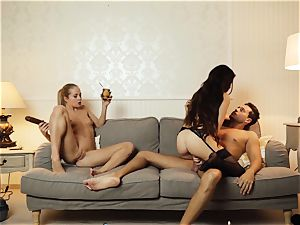 LOS CONSOLADORES - French babe consoled in threesome